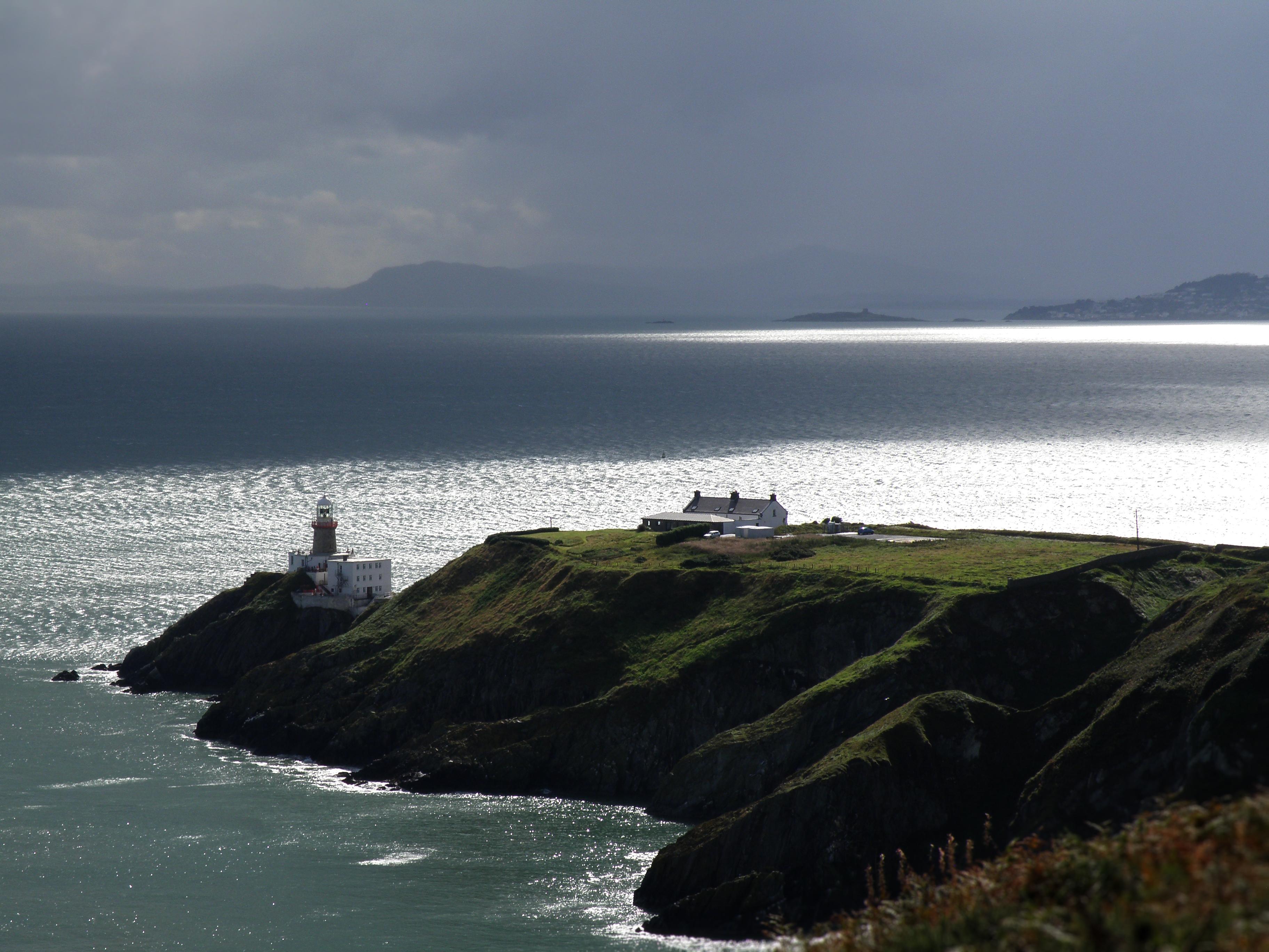 Svetilnik Baily na jugu polotoka, z dublinskim zalivom v ozadju.
